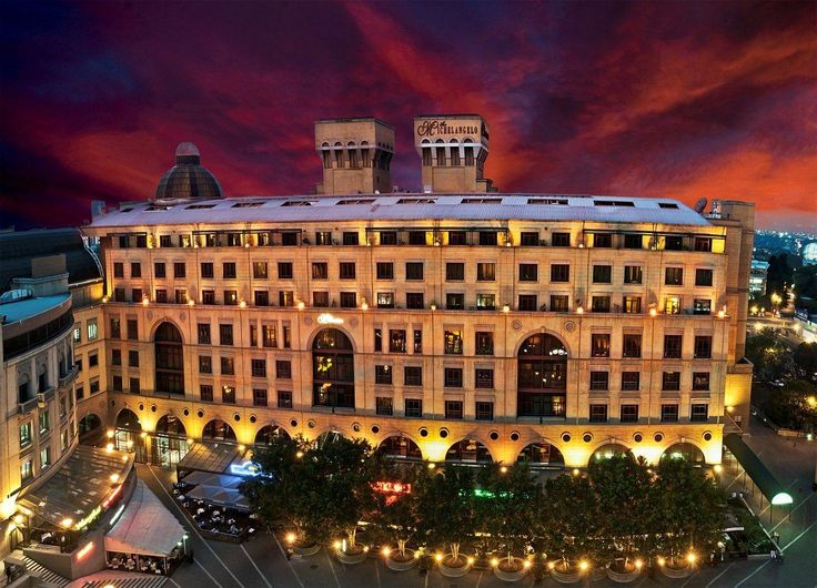 Experience the atmosphere of Nelson Mandela Square which is surrounded by the Michelangelo Hotel, Raphael Penthouse Suites and Michelangelo Towers located in the heart of Sandton