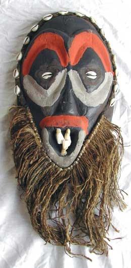 MASK SPIRIT.  Exciting máscara buscando a partir de Kenya. Decorada con conchas de cauri, dientes de animales y la arena coloreada.