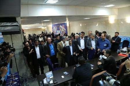 Mantan Presiden Iran Ahmadinejad Daftarkan diri pada Pilpres Mendatang  Ahmadinejad saat mendaftar sebagai capres pada pilpres mendatang. (IRNA)  TEHERAN (SALAM-ONLINE): Mantan Presiden Iran Mahmoud Ahmadinejad mendaftarkan diri untuk ikut serta dalam Pemilihan Presiden (Pilpres) yang akan diselenggarakan pada 19 Mei mendatang lansir Kantor Berita Republik Iran IRNA Rabu (12/4).  Kepala Dewan Pusat Partai Koalisi Mustafa Mirsalim juga tercatat mencalonkan diri dalam Pemilu di negara Syiah…
