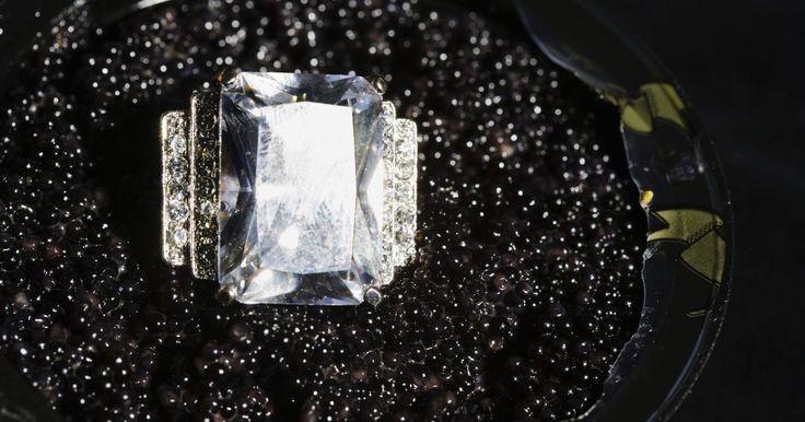Diamantes que possuem uma cor leitosa. Há uma série de diferentes fatores a se considerar quando se trata de comprar diamantes. Os principais fatores procurados por compradores são a qualidade da cor, corte, claridade e quilate do diamante. Você também pode adicionar opacidade à lista. No entanto, quando se trata da opacidade presente em um diamante, isso pode ser tanto uma coisa boa ...