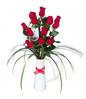 Arreglo de rosas Alanya:  una docena de rosas rojas en lindo florero de cerámica, decorado al estilo de florería Pétalos y Hojas