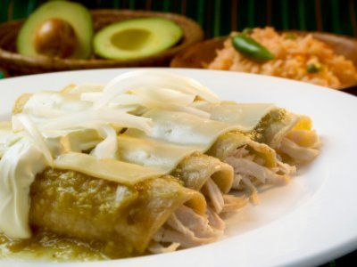 Receta de Enchiladas en Salsa Verde | Un delicioso desayuno o platillo principal, tortillas de maíz rellenas de pollo y bañadas en una salsa verde, crema y queso.