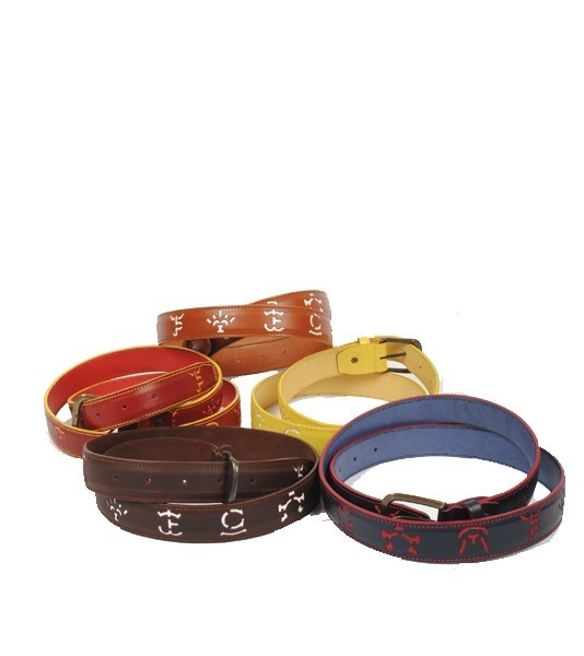 Cinturón de piel conhierros de ganaderías de toros, en diferentes colores, deportivos y elegantes con hebilla metálica en color dorado viejo. De gran calidad y fabricados en España.  Medidas: 3,5 cm ancho x 125 cm largo