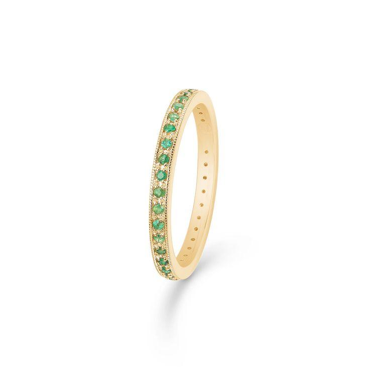 POETRY ring i 14 karat guld med smaragder.   Elegant ring, der med sin endeløse række af mikropaverede smaragder tilfører et farverigt touch til et klassisk smykke.   POETRY ringen er fra Mads Zieglers Gold Label kollektion.
