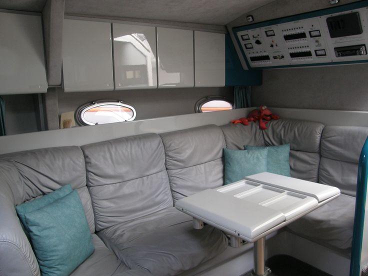 Une partie du salon du bateau Cala Rossa, support de nos sorties pour nager avec les dauphins