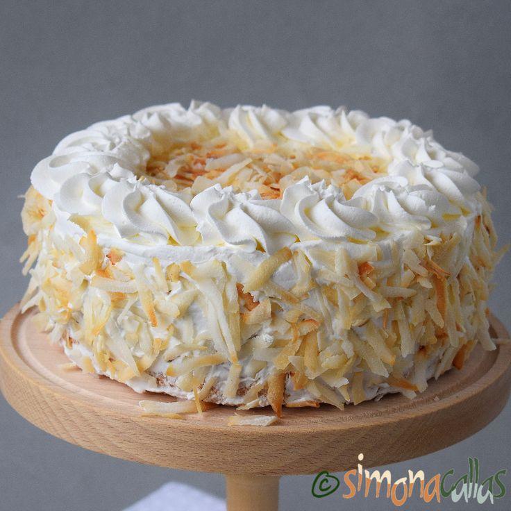 Tort cu cocos vanilie ciocolata si frisca Blatul din nucă de cocos, crema de ciocolată şi crema de vanilie se potrivesc grozav împreună...