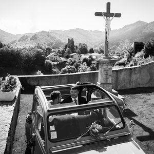 Voiture de mariage, jour J, D-day, église, church, after ceremony, mountains, montagne, Pyrénées, Sud de la France, South of France, destination wedding, cross, Christ, wedding car