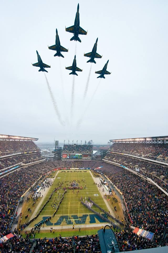 The impressive sight of the Blue Angels flyover at the NCAA Army-Navy game