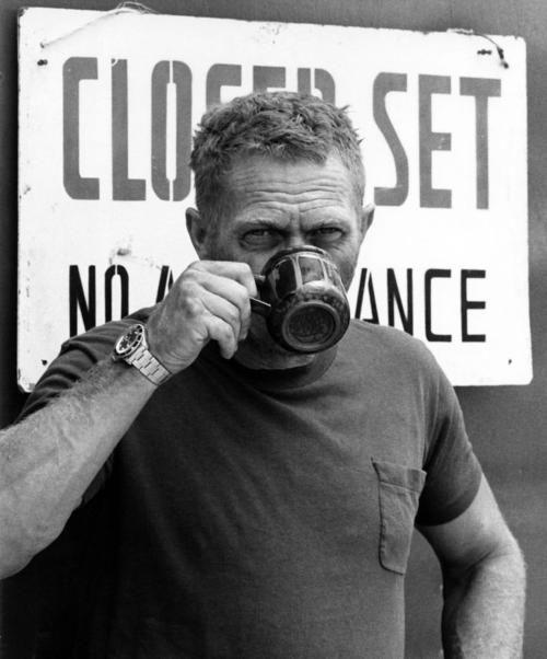 Steve McQueen, une tasse de thé à la main !