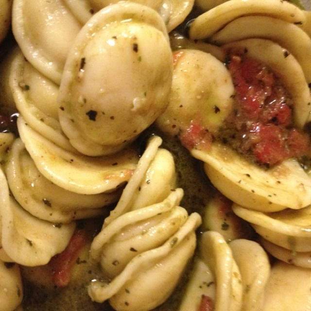 Cheese stuffed ravioli with diced tomatoes and pesto sauce #lvp ...