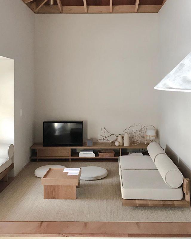 Wohnzimmer Sofa Teppich weiß Holz Couchtisch Sideboard Fernseher TV weiße Wände modern skandinavisch schlicht reduziert minimalistisch einrichten wohnen dekorieren Interieur Interior Design Wohnideen Wohninspiration