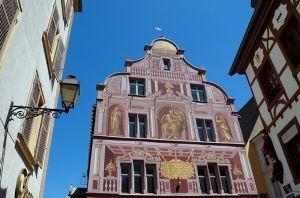 Le Vieux Mulhouse.  Des fresques murales colorent les murs du Vieux Mulhouse, qui vous mènent d'un bâtiment historique à un autre : de la place de la Réunion, ancienne place de marché médiévale, à l'Hôtel de Ville, trésor de la Renaissance construit en 1552, en passant par le Temple Saint-Etienne et ses fabuleux vitraux du 14ème siècle. Sa flèche culmine au dessus de la ville... car il s'agit du plus haut bâtiment protestant d'Europe