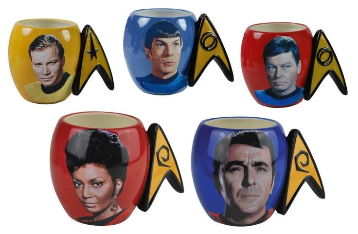"""Tripulação original da USS Enterprise       """"Espaço: a fronteira final. Estas são as viagens da nave estelar Enterprise. Em sua missão de cinco anos: para explorar novos mundos, para procurar novas vidas e novas civilizações, para audaciosamente ir onde nenhum homem jamais esteve""""  \o/"""