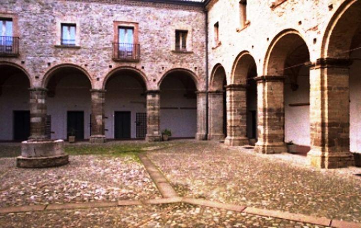 Convento di San Domenico _ Chiostro - Costituisce la terza e ultima sede dei PP. Domenicani in Ferrandina. Il progetto fu affidato inizialmente all'ingegner D'Andrea Moltò di Roma e successivamente a De Blasio di Napoli. La costruzione fu ultimata nel 1790, pochi anni prima dalla soppressione dell'Ordine avvenuta nel 1809. Dopo la soppressione degli ordini religiosi fatta dal Murat (1809), gli affiliati locali alla Carboneria andavano a tenere in essa misteriosi e frequenti convegni…