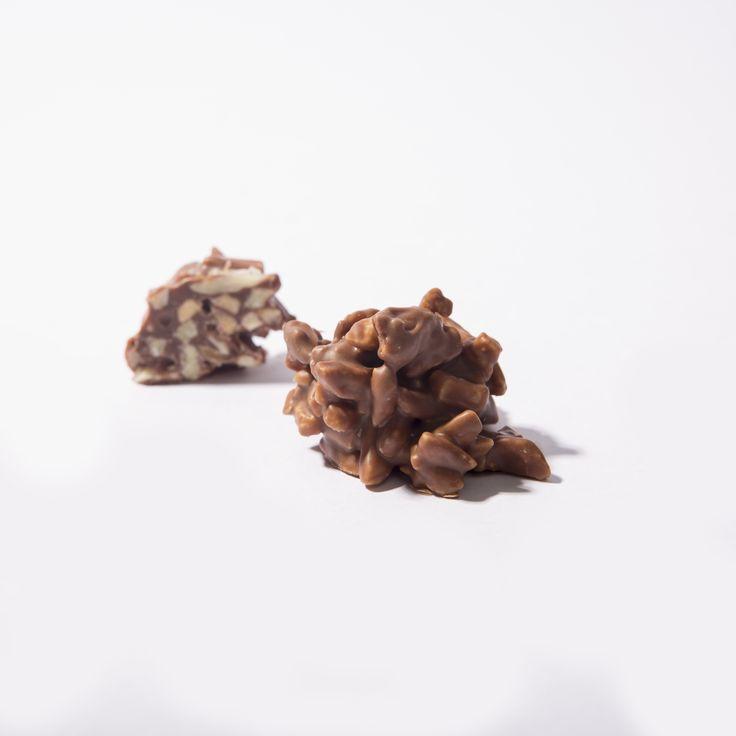"""Finos trozos de almendra bañados en chocolate leche al 41% #Rocher @Purochocolate #chocolate """"almendras #cacao #purochocolate"""