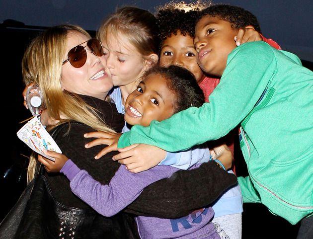 Heidi Klum embrasse ses enfants avant de prendre l'avion à l'aéroport de Los Angeles