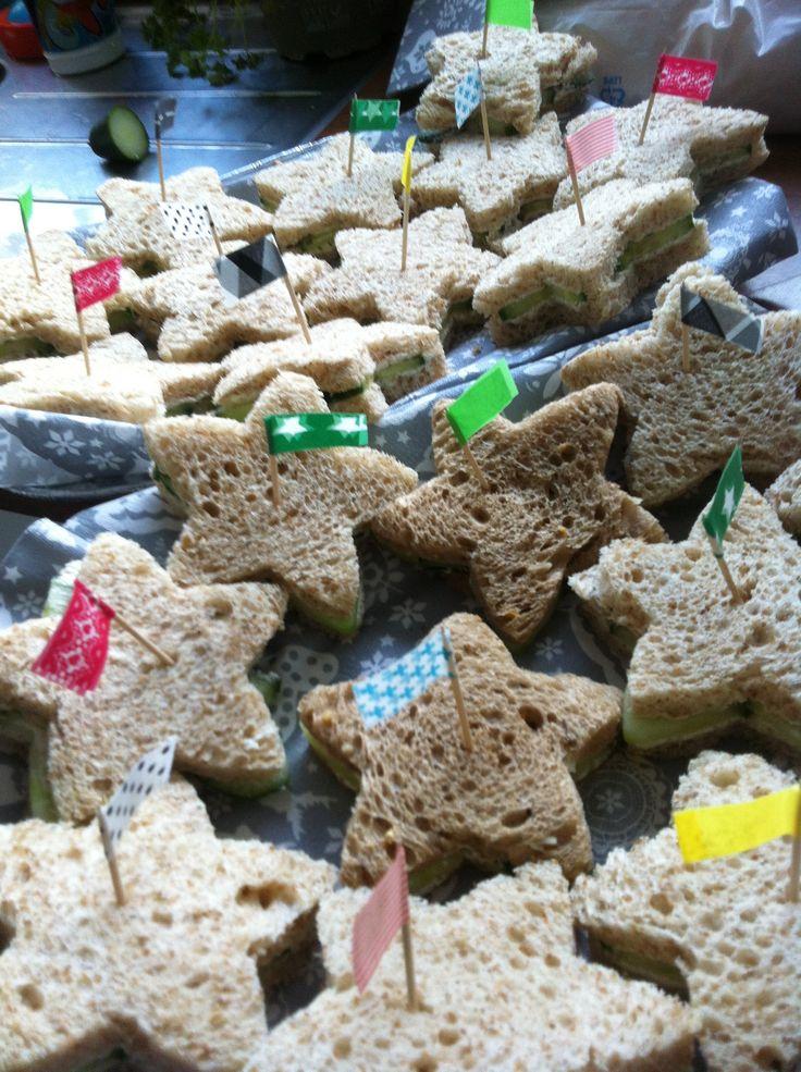 Voor het kerstdiner op school: brood, bieslook roomkaas, komkommer, peper, zout, dille. En een steekvorm:-)