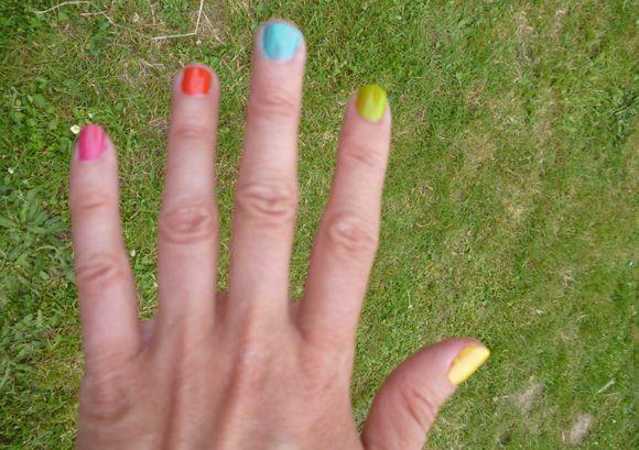 Atelier manucure arc-en-ciel pour animer une rainbow party