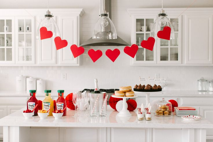 Host a Valentine's Day Brunch + Mimosa Bar for your girlfriends! Lots of ideas, tips + free printables here: http://www.thetomkatstudio.com/mimosabar/ #tomkatstudio for #simplyjuicedrinks #ad
