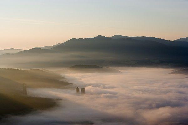 ▲流れる雲を見下ろす雲海テラス。この絶景、絶対見ないと!トマムの雲海テラスとは?雲海テラスは、「星野リゾート トマム」の敷地内、トマム山のゴンドラ終着点(標高1,088m)にあります。ある日の早朝、実際に行ってみました。▲約13分の空中散歩