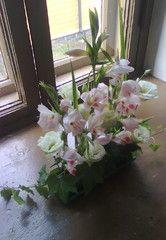 Kukka-asetelma Pirunkirkon ikkunalla