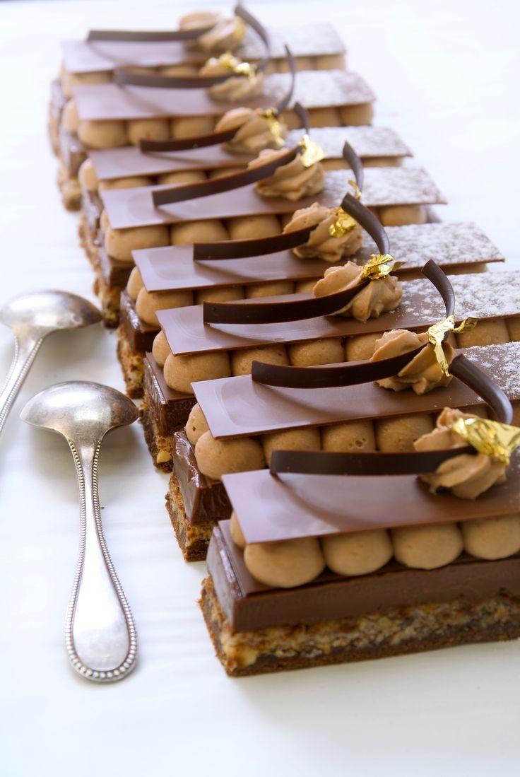 Le Petit Antoine : une Dacquoise à la Noisette, un Croustillant au Praliné, un crémeux au Chocolat Noir et une Chantilly Chocolat au Lait.