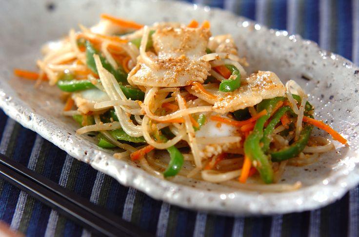 冷凍イカと野菜を炒め、最後にすり白ゴマを加えて香ばしさUP!冷凍イカのゴマ炒め[和食/炒めもの]2012.05.28公開のレシピです。