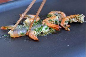 Recette de Gambas à la plancha façon thaïe, Des gambas marinées dans du lait de coco avec du citron vert et du gingembre, puis grillées à la plancha.