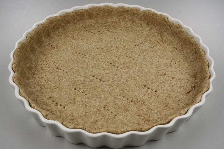 Olien gnides ind i melet med fingrene, vandet tilsættes, og dejen æltes let sammen til en lind dej. Vandmængden kan svinge lidt, alt efter temperatur og meltype. <BR> <BR> En tærteform med en diamet