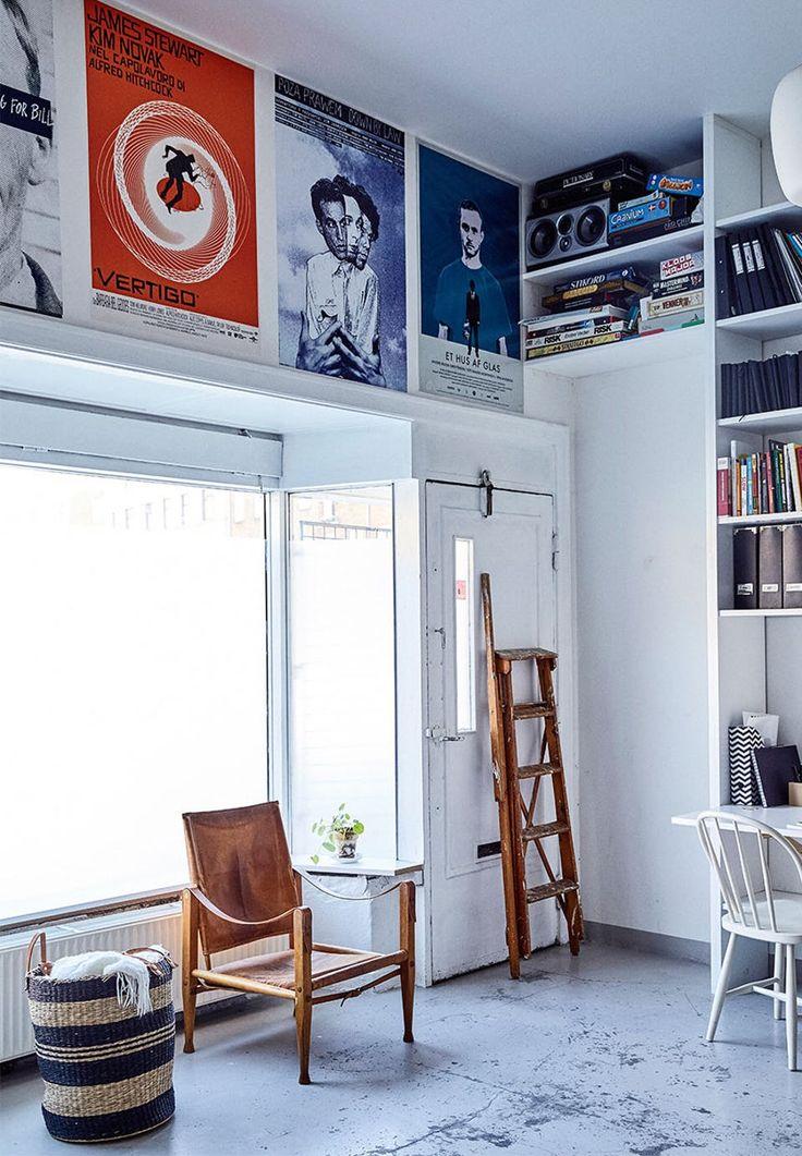 Gamle filmplakater hænger over vinduerne som kunst