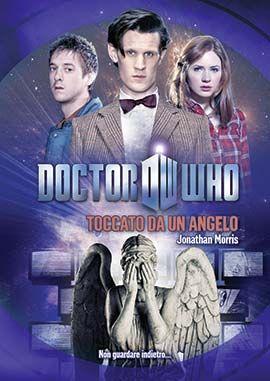 """TOCCATO DA UN ANGELO  Rebecca Whitaker è morta nel 2003 in seguito a un incidente stradale. Suo marito, Mark, è ancora afflitto dal dolore. Un giorno gli viene recapitata una busta malconcia inviata, spedita anni prima, che contiene delle istruzioni e un semplice messaggio: """"Puoi salvarla."""" E mentre a Mark è affidata la possibilità di salvare Rebecca, è compito del Dottore, Amy e Rory salvare il mondo perché gli Angeli Piangenti stanno usando la storia come un'arma."""
