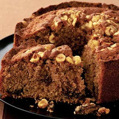 Μια πολύ εύκολη συνταγή για ένα υπέροχο, αφράτο Κέικ κανέλας με Nutella γαρνιρισμένο με φουντούκια. bbcgoodfood.com