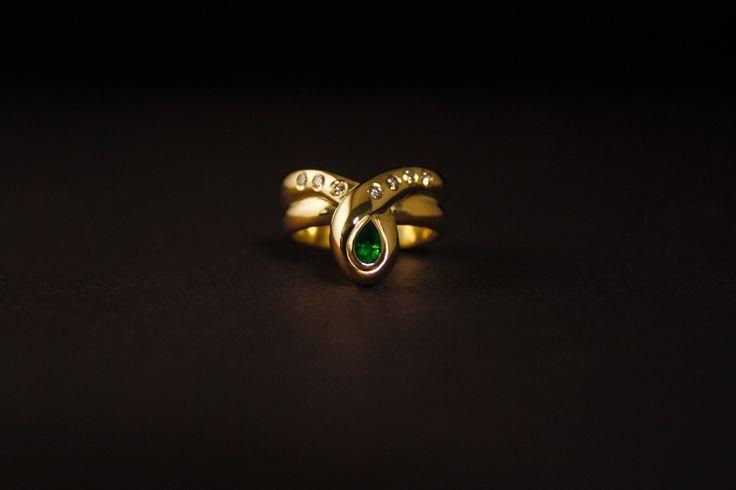 Prachtige gouden damesring met peervormig Smaragd en Diamanten, vervaardigd van 2 trouwringen van ouders. #herinneringen #smaragd #diamanten #herdenkingssieraden #handmadejewelry #handgemaaktesieraden #goldsmith #goudsmid