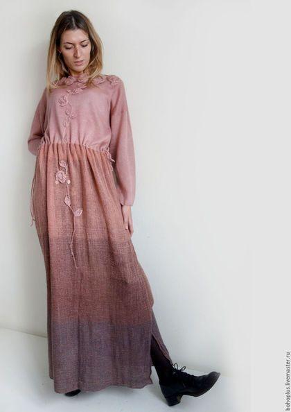 Платье в богемном стиле ' Розовая роса' в интернет-магазине на Ярмарке Мастеров. Росинка осталась в объятиях розы. Цветок не отдал ее ни кому. Сияющий свежестью, Запахом нежности, Он лепестками ее обнимал. Нежное и невозможно женственное платье в смешанной технике, лиф связан из мохера с шелком 50/50 в одну нитку , розово пудрового оттенка, нежнейший и приятный к телу , юбка из шерсти с шелком в окрасе деграде По талии кулиса которая завязывается по бокам, варьируя талию под размер.