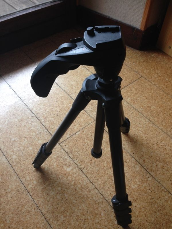 Trépied photo/vidéo MANFROTTO pour appareil numérique, Bridge, Compact, Reflex,...Poignée ergonomique pour une meilleur maniabilité Dimensions 45,3 x 8 x 155 cmPoids: 1,2kgCharge Maxi : 1,5Kg _ www.placedelaloc.com