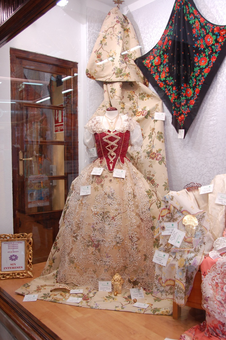 Vestido de Fallera - Valencia  www.riverhostelvalencia.com/