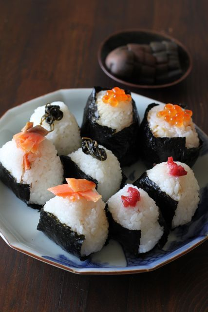 Onigiri or Omusubi, Japanese Rice Balls (Grilled Salmon, Umeboshi Pickled Plum, Salted Kombu Kelp, Ikura Roe)|おにぎり  とてもシンプルな素材でシンプルな合わせ方だけどすごく美味しいし、あたしのすきな食べ物でもあるおにぎり。形も様々でシンプルでとてもすき。みてて、おちつく。