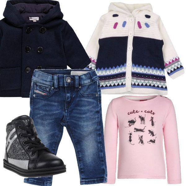 Jeans consumato, cappotto in lana doppio petto con cappuccio e maxi cardigan con cappuccio danno quello stile vintage degli anni 60. T-shirt rosa con gatti disegnati e scarpa alta stringata con glitter.