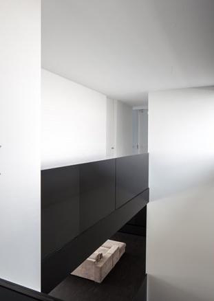 Minimalist interior design villa ml by arjaan de feyter for Minimalist villa design