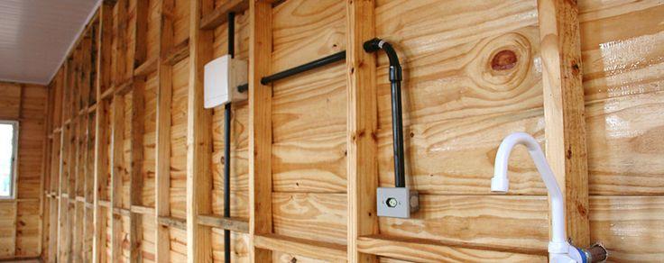Casa de madeira pre fabricada a elétrica e hidráulica fica embutida entre os painéis de madeira: