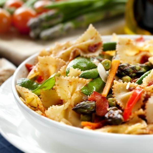 Receita de Farfalle com Tomate Berinjela e Milho Verde - 400 gr de farfalle, 4 colheres (sopa) de azeite de oliva, pimenta dedo-de-moça a gosto, 2 berinjela...