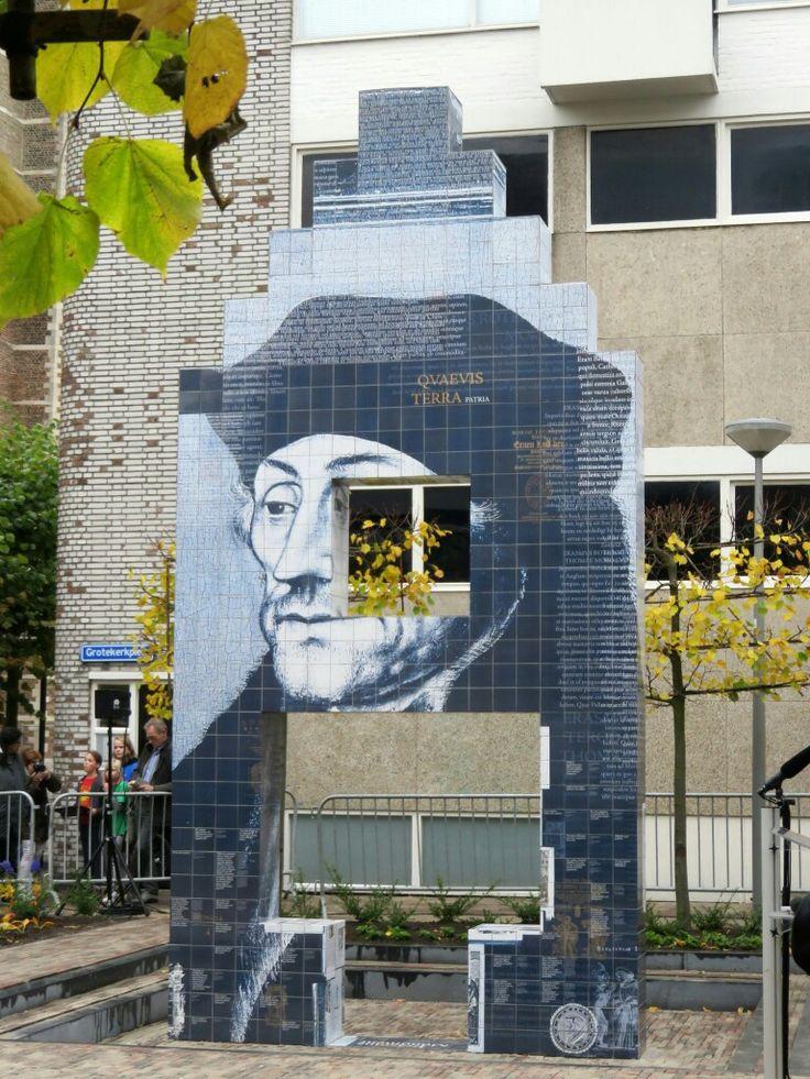 Rotterdam...Kunstwerk ter nagedachtenis aan het geboortehuis van Erasmus....Desiderius Erasmus is de meest beroemde Rotterdammer...L.Loe