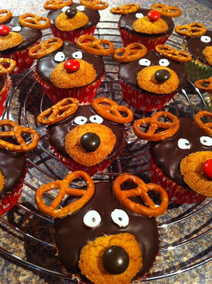 Rendier cupcakes met bitterkoekjes, M&M's, zoute krakelingen en een restje rolfondant voor de ogen!