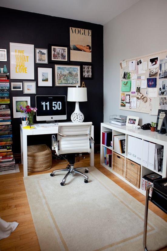 A organização dos quadros na parede, formando linhas quebradas, dá uma dinamicidade ao escritório e deixa o espaço mais descontraído. O tapete é uma idéia irada para reduzir o ruído da cadeira tmb....