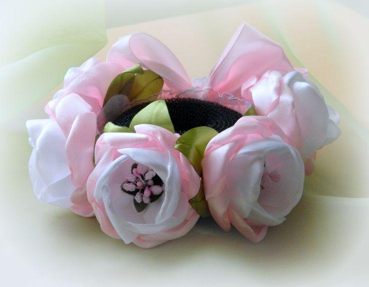 Здравствуйте, дорогие зрители! Меня зовут Алена, и сегодня я вам покажу, как сделать вот такую резинку на пучок из цветов канзаши. Для цветов нам понадобятся...
