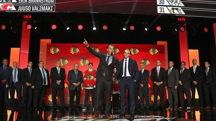 Patrick Kane and Jonathan Toews make a surprise appearance at Round 1 of the 2017 NHL Draft.
