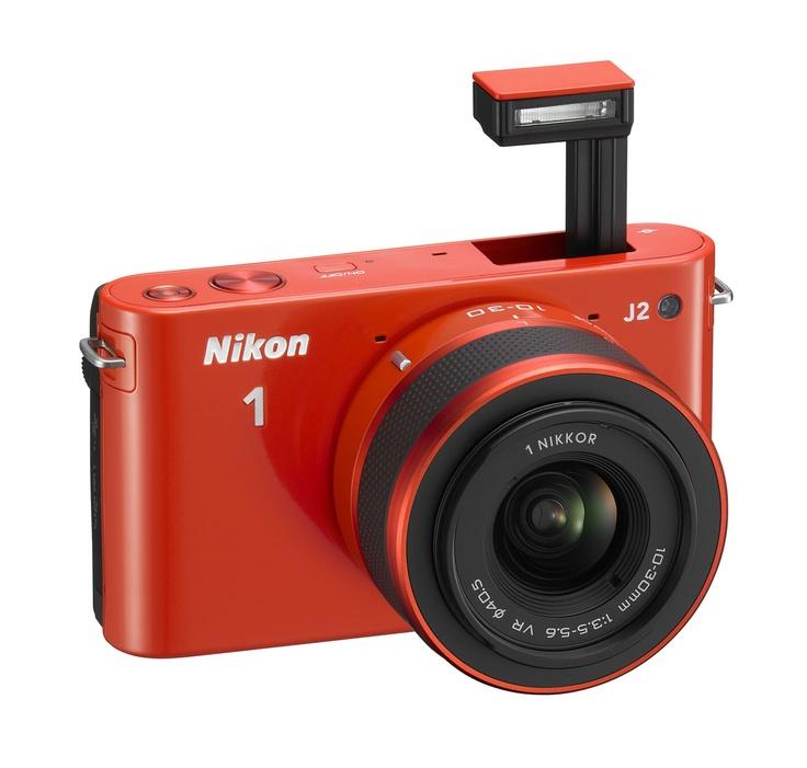 Nikon 1 J2 to przejrzyste menu, jasny ekran LCD, ergonomicznie umieszczone pokrętło trybu pracy i wbudowana lampa błyskowa.