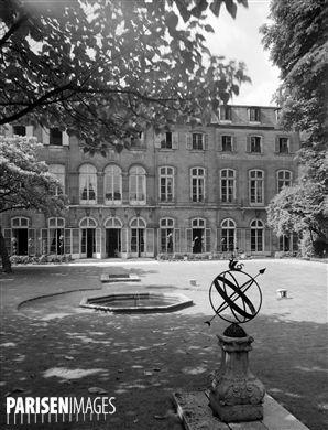 Hôtel de Beauharnais, rue de Lille, n° 78. Sphère armillaire dans le jardin. Paris (VIIème arr.). Photographie de René Giton dit René-Jacques (1908-2003). Bibliothèque historique de la Ville de Paris.