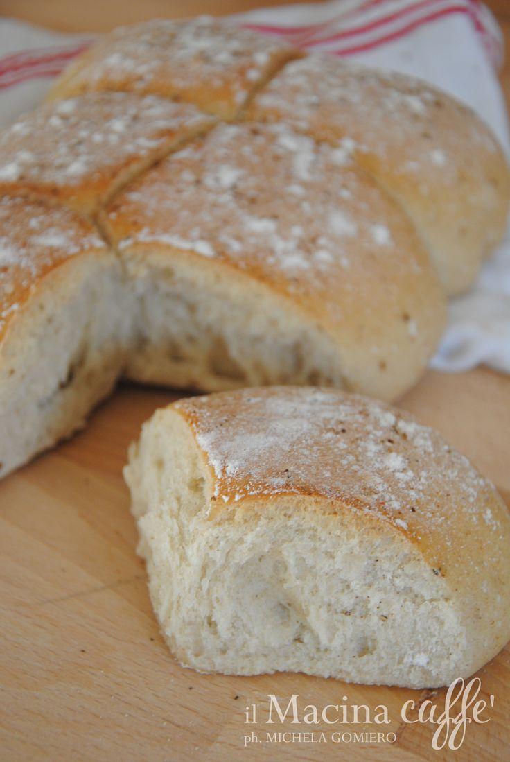 Pane di farro al pepe - Spelled bread pepper http://ilmacinacaffe.blogspot.it/2015/01/pane-di-farro-al-pepe-e-la-vittoria.html