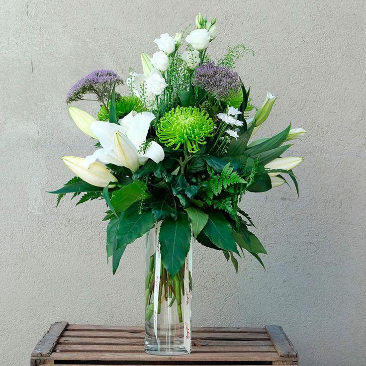 Apuesta por un ramo lujoso y elegante en tu envío de flores a domicilio. Edith está compuesto por lilium oriental, crisantemos, trachelium, margaritas y verdes.